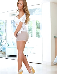 Nicole Aniston is looking drop dead sexy